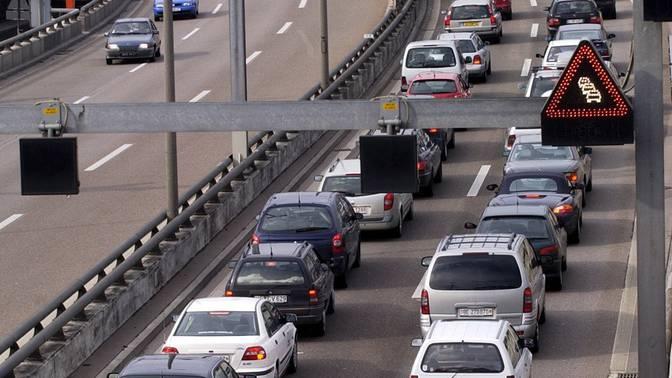 Stau vor dem Autobahnzoll Weil am Rhein. Kanton will bis 2020 zehn Prozent weniger Auto-Verkehr.
