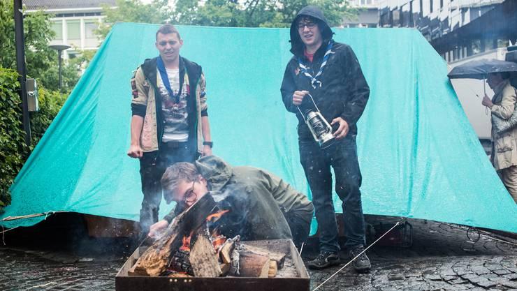Keine Pfadi ohne Lagerfeuer: Drei Leiter auf der Aarauer Igelweid.