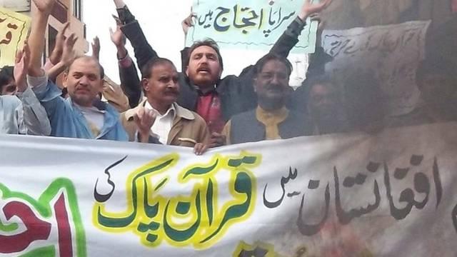Menschen protestieren gegen die Verbrennung von Koranbüchern (Archiv)