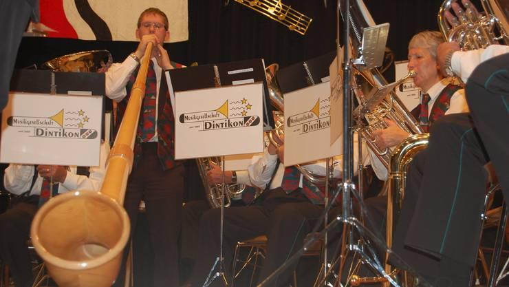 Die Musikgesellschaft begleitet Andy Huber im Duett mit seinem Vater Beat Huber.  mru