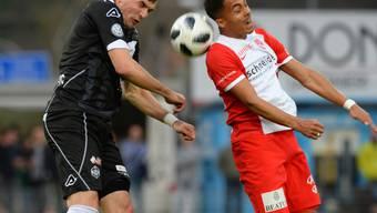 Luganos Vladimir Golemic und Thuns Marvin Spielmann kämpfen um den Ball