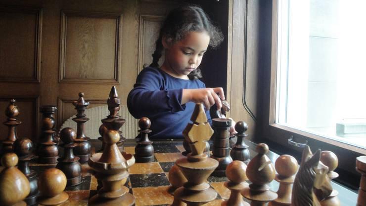 Konzentration beim Schachspiel im Kindermuseum Baden