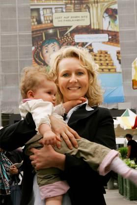Isabelle Moret 2007 als frisch gewählte Nationalrätin mit Tochter Maëlys.