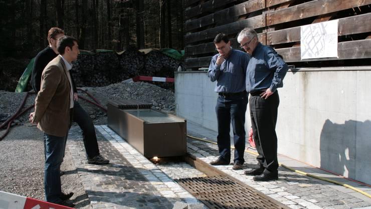 Stefano Bradanini, George Pfiffner und Marcel Guignard mustern das Muster der Altstadtgassenrinne. (ama)