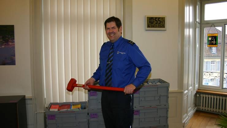 «Der Hammer kommt mit»: Repol-Chef Heiner Hossli mit einem der Vorschlaghämmer, die am 9. September 2009 beim symbolischen Beginn des Kornhaus-Umbaues zum Einsatz gelangt waren.  lp