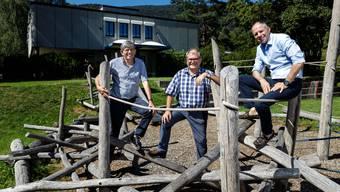 «Wir arbeiten schliesslich mit Kindern», sagen die drei Herren auf die Frage, ob sie sich für das Foto aufs Gerüst wagen: Christof Koch, Karl Diethelm und Gustav Keune vom Bachtelen.