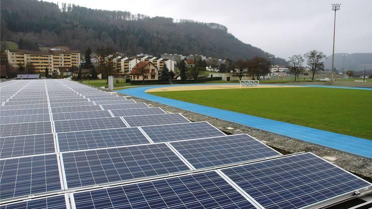 Eine Photovoltaikanlage ist auf dem Dach der Garderobe im Stadion Au in Brugg in Betrieb genommen worden.