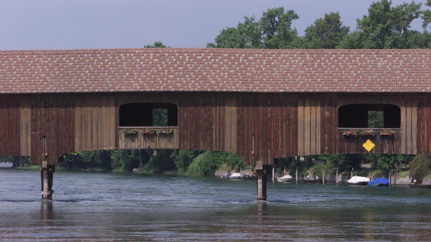 Bei der Brücke in Diessenhofen müssen die Kapitäne den Kopf einziehen. (Archivbild)