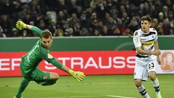 Da sah es für Gladbach noch gut aus: Jonas Hofmann erzielt vor der Pause gegen den Frankfurter Goalie Lukas Hradecky das 1:1.