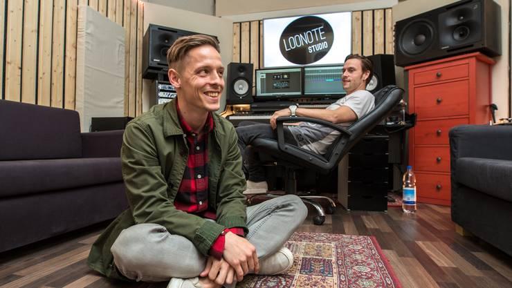Kym Siegenthaler (vorne) und Lukas Steiner im «Loonote»-Studio auf dem Delta-Areal in Langendorf. Hier wurde das Album «Rorschach» aufgenommen.