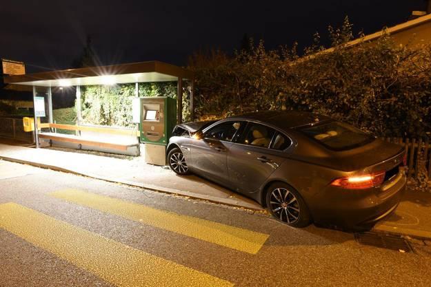 Ein 87-Jähriger verlor in einem Kreisel in Riehen die Kontrolle über seinen Wagen. Er krachte in ein Tram-Wartehäuschen und musste ins Spital gebracht werden.