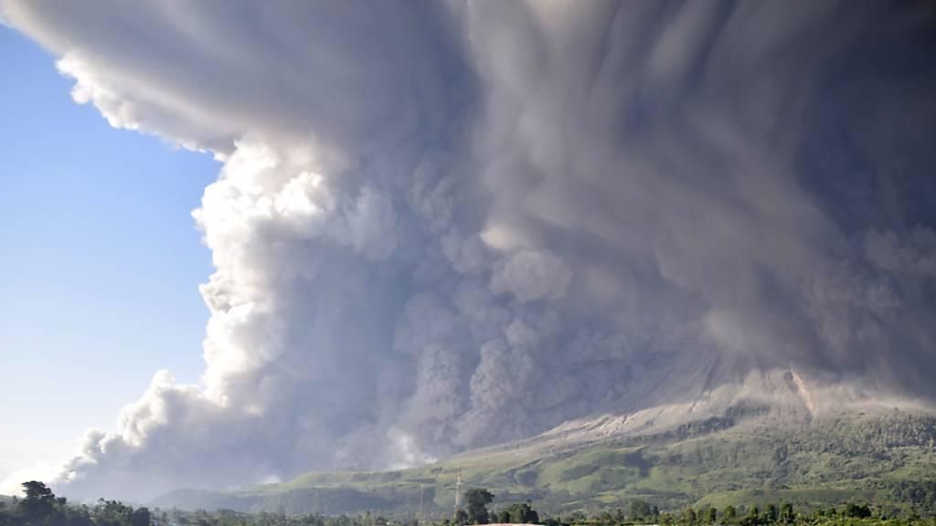 Zwei Vulkane spucken Asche und Gestein
