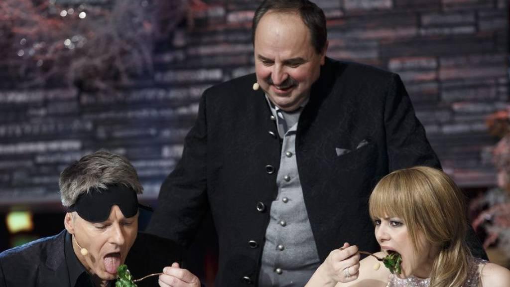 Der österreichische Koch Johann Lafer (Mitte), hier im Dezember 2017 in Graz mit dem Moderator Jörg Pilawa (links) und der Moderatorin Francine Jordi (rechts), wünscht sich die Aufnahme der Currywurst ins Weltkulturerbe. (Archiv)