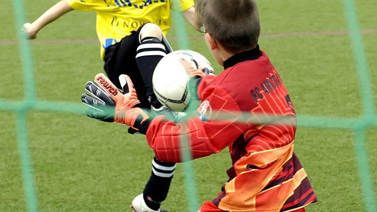 Aktiv: Damit auf dem Rasen wirklich nur Fussball gespielt wird, greift der Kanton Basel-Stadt zu diversen Massnahmen. Auf «Zoffstopp» sollen noch weitere folgen. (BZ-Archiv)