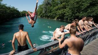 Jugendliche stürzen sich in die Aare bei Bern. (Archiv)