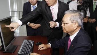 Der kambodschanische Finanzminister Keat Chhon war der erste Händler an der neuen Börse