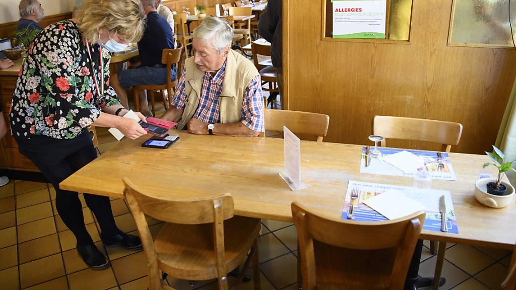 Kontrolle des Covid-Zertifikats in einem Restaurant.