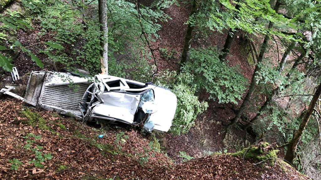 19-Jährige stürzt mit Lieferwagen in Tobel