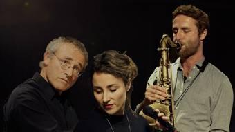 Die Hubers aus Rupperswil: Schon zum zweiten Mal war der Saxofonist und Komponist Christoph Huber für die Musik zu «Musik und Tanz Königsfelden» verantwortlich. Seine Schwester Corinne Huber war als Sängerin und Gitarristin mit von der Partie und zusammen stehen sie mit «Nojakîn» auf der Bühne. Vater Felix Huber aus Rupperswil war einer der ersten, die in den frühen Siebzigerjahren eine moderne und rockige Form von Jazz auf Aargauer Jugendhausbühnen brachte, «Jigsaw» hiess die Band. Später machte er vor allem als Komponist von sich reden, er gewann immer wieder Preise bei Wettbewerben. Alle drei Hubers sind in der Familienband «Cophix» zu hören. www.christophhuber.com www.corinnenorah.com www.www.felixhuber.ch