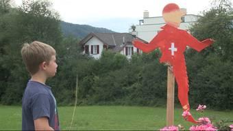 Für das 975-jährige Jubiläum der Gemeinde Menziken ist eine grosse Feier geplant. Für die passende Stimmung bemalten die Kindergärtner Holz-Ritter-Figuren und steckten sie in Blumenkisten im Dorf. Vandalen machen sich jedoch immer wieder an diesen zu schaffen.