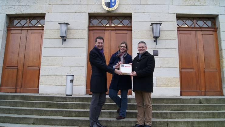 Staatsschreiber Peter Grünenfelder (links) nimmt die Petition von Franziska Graf-Bruppacher und Markus Schumacher entgegen.KOB