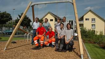 Zufrieden: Zusammen mit Vizeammann André Zoppi (links) und den Vertretern des Bauamtes  weihen die vier Lehrlinge den Kinderspielplatz ein.