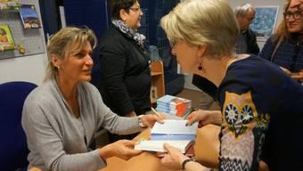 Bei der Signierstunde fand Evelyne Binsack immer wieder kurz Zeit, um mit den Besuchern zu sprechen.