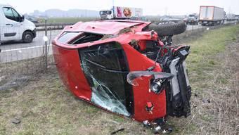 Aus unbekannten Gründen verliert eine 60-Jährige beim Migros-Verteilerzentrum die Kontrolle über ihr Fahrzeug und überschlägt sich.