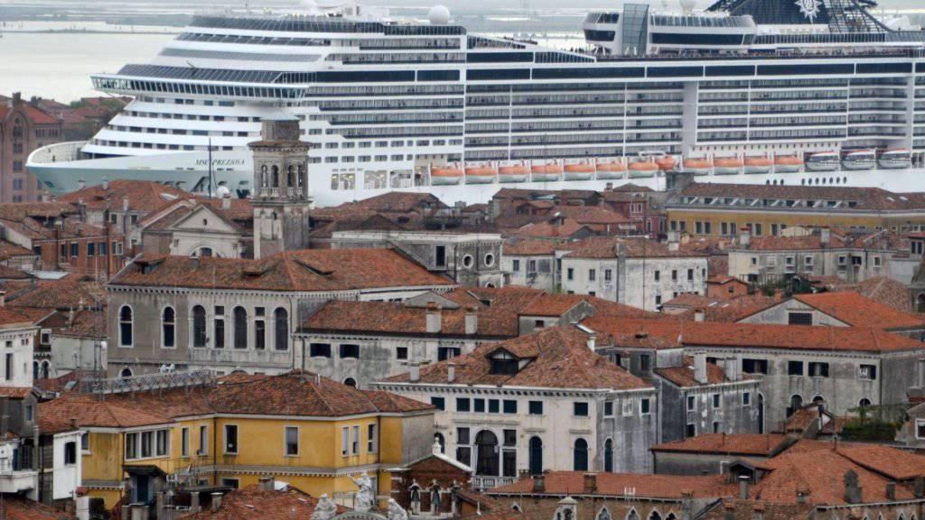 Ein Kreuzfahrtschiff in Venedig - geht es nach der Staatssekretärin des italienischen Kulturministeriums soll dieses Bild bald der Vergangenheit angehören. (Archiv)
