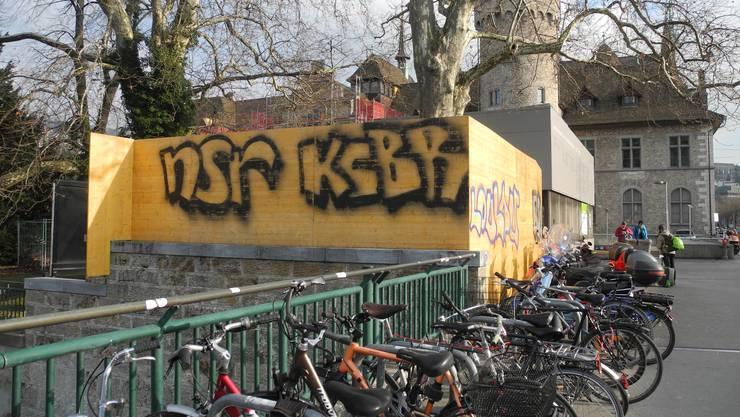 """Die Graffiti-Crew KCBR präsentiert ihre """"Kunst"""" an den verschiedensten Orten in Zürich. Im Bild: Eine Sprayerei beim Hauptbahnhof vor dem Landesmuseum."""