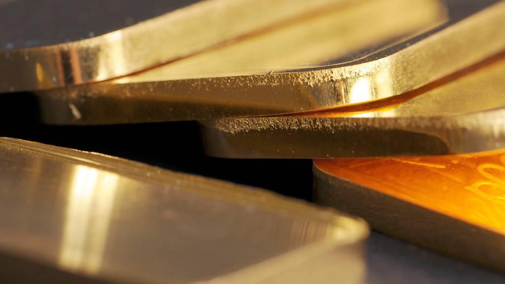 Mit zehn Goldbarren à 100 Gramm Gewicht ist eine Reisende an der schweizerisch-deutschen Grenze vom Zoll erwischt worden. (Archivbild)