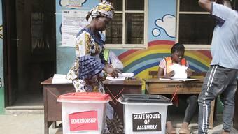 Eine Frau bei der Stimmabgabe in der Nähe der nigerianischen Hauptstadt Lagos: Am Samstag wählen Nigerianer und Nigerianerinnen die Gouverneure und Regionalparlamente.