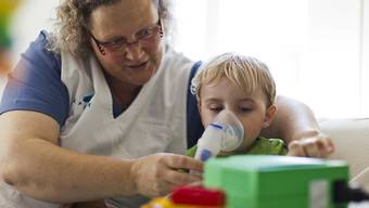 Für die Betreuung von schwerkranken Kindern sollen künftig auch erwerbstätige Angehörige angemessen entschädigt werden. (Symbolbild)
