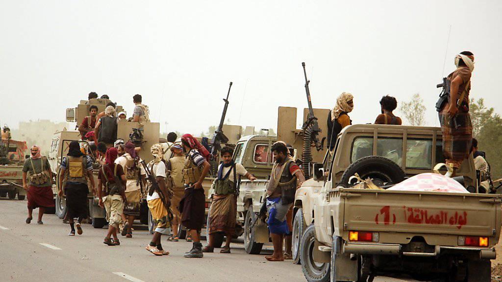Der jemenitischen Regierung angehörende Einheiten vor den Toren von Hudeida (Archiv)