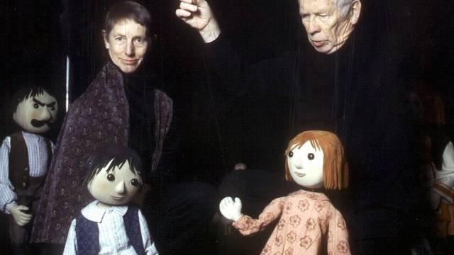 In Aktion: Puppenspieler Peter W. Loosli mit seiner Frau Trudi (Archiv)