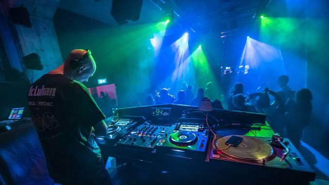 In Restaurations-, Club- und Barbetrieben, in denen weder der Sicherheitsabstand noch Schutzmassnahmen ergriffen werden können, wird die maximale Anzahl Gäste auf 100 Personen beschränkt.