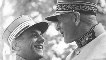 Oberstkorpskommandant Jakob Huber (rechts) aus Jonen beim Rapport mit Oberst Heuer am 19. August 1954. Hier trägt Huber eine der begehrten Mützen.