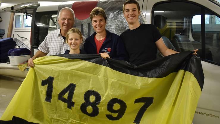 Das Segel ist bereit: Kurt Venhoda, Sonja Zaugg und die Kinder Tobias und Mona packen für die Segel-Meisterschaft.