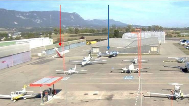 Dieses Foto der Schweizerischen Sicherheitsuntersuchungsstelle zeigt die Lage nach dem Unfall: Die Piper L-4 (roter Pfeil) hinter der Beechcraft BE18 (blauer Pfeil).