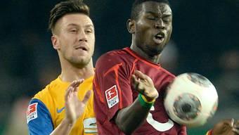 Braunschweigs Ermin Bicakcic (l.) gegen Hannovers Mame Diouf