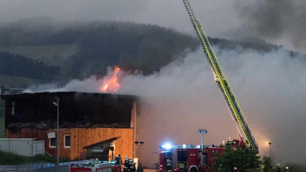 Das neugebaute Flüchtlingsheim in Altenfelden in Flammen - Feuerwehrleute bei der Brandbekämpfung.