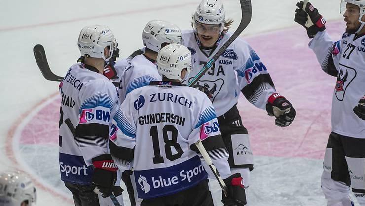 Die Spieler von Fribourg-Gottéron freuen sich über den Halbfinal-Einzug