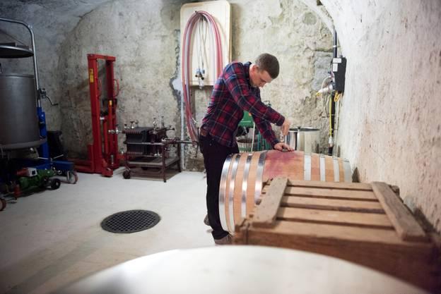 Samuel Graber in seinem Weinkeller