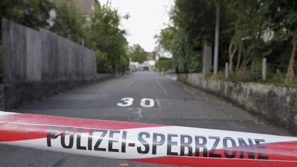 Ein Band der Polizei sperrt einen Tatort ab (Symbolbild).