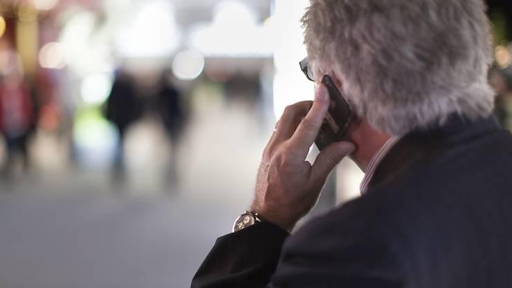 Leicht teurer wurde im Dezember das Mobiltelefonieren. (Symbolbild)