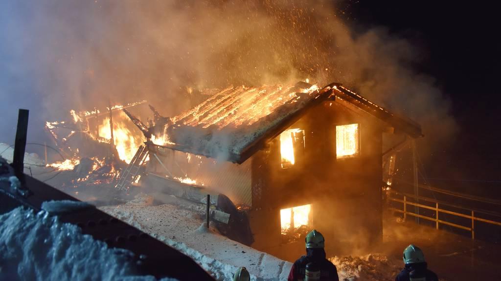 Haus brennt bis auf Grundmauern nieder