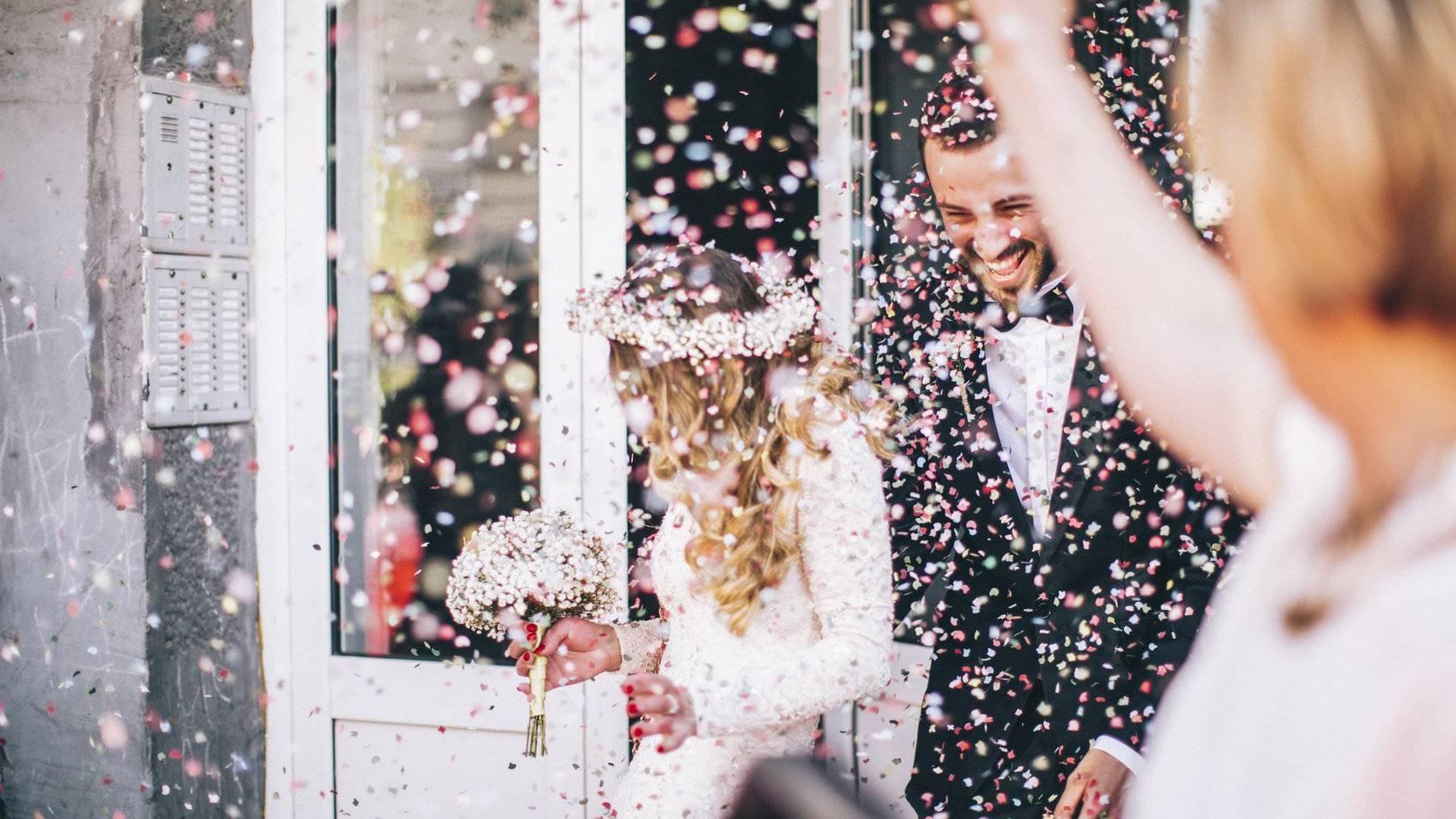 Ein Konfetti-Bad an der Hochzeit.