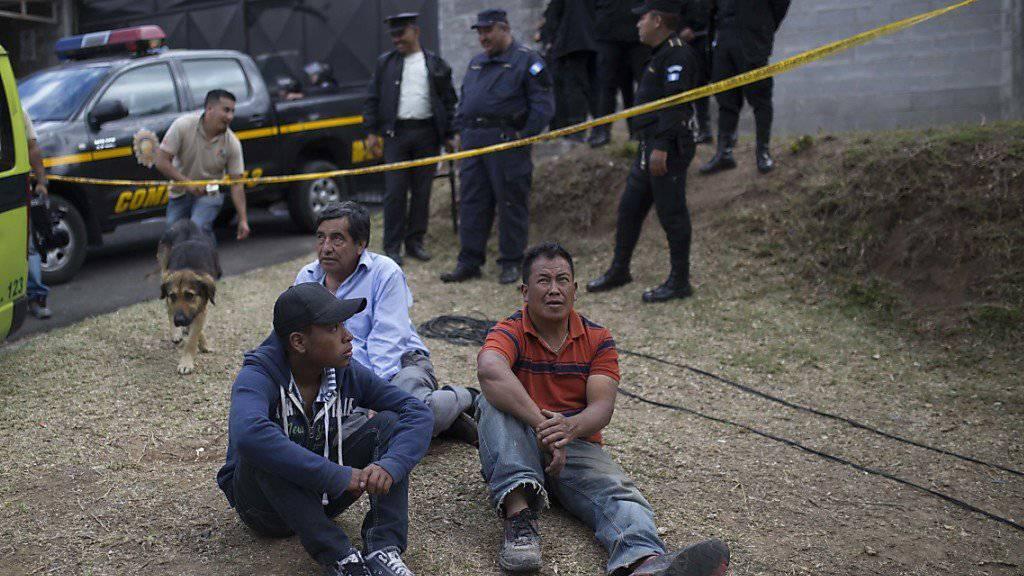 Verwandte warten ausserhalb des Heimes auf Neuigkeiten.