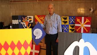 Der Heraldik-Experte Markus Reto Hefti in seinem Element: Eine kleine Auswahl seiner selbst gemachten Wappen.