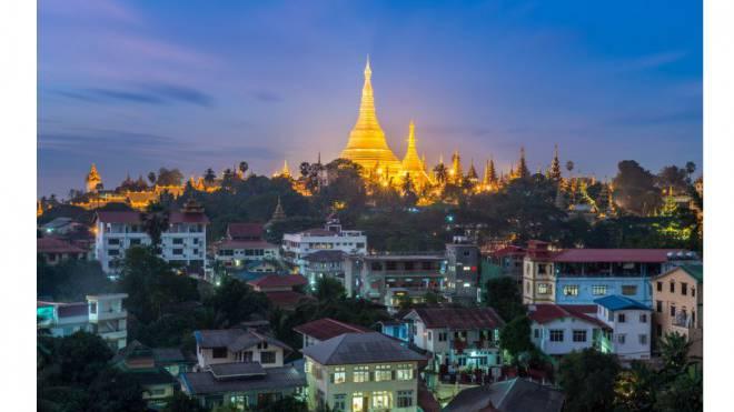 Modernes Leben vor historischem Glanz: Die Shwedagon-Pagode im Zwielicht der Dämmerung in Yangong. Foto: Thinkstock